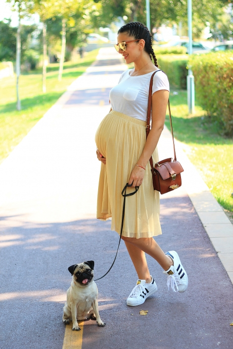 Pregnancy outfit: golden skirt and braided hair / 34 weeks